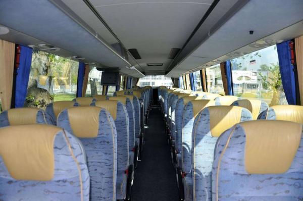przestronne wnętrze autokaru