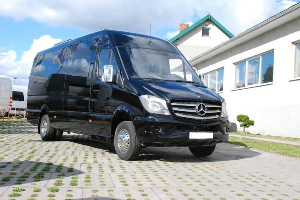 czarny bus na parkingu