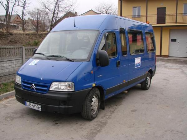 niebieski bus