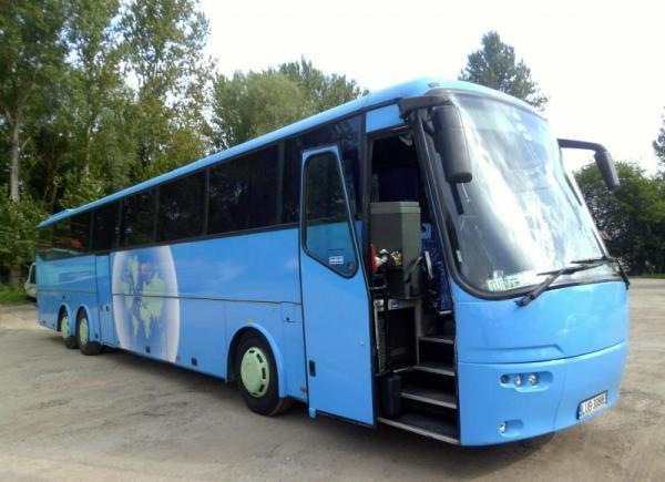 niebieski autokar z otwartymi drzwiami