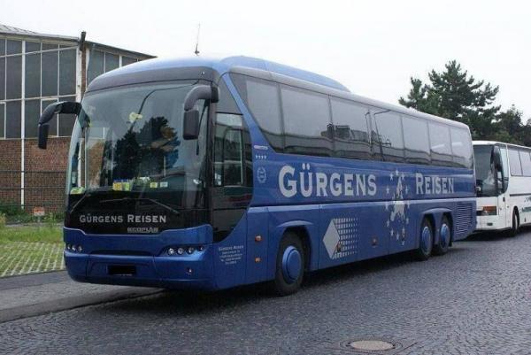 niebieski autokar z reklamami
