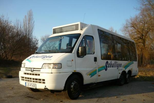 mini bus zaparkowany