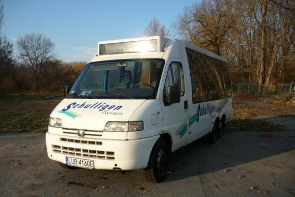 biały mini bus