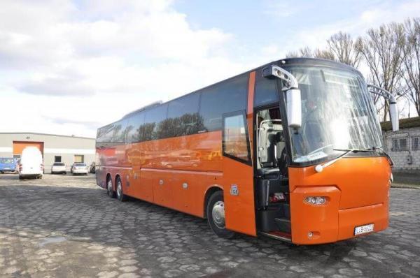 pomarańczowy autokar na placu