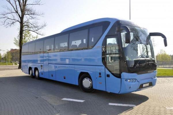 zaparkowany niebieski autokar