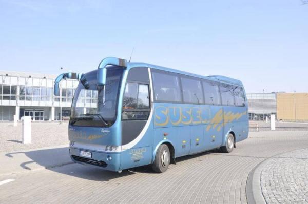 niebieski autokar na zakręcie